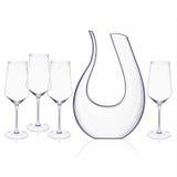 Os vidros de cristal elegantes do filtro e de vinho arranjaram em um fundo branco Fotos de Stock Royalty Free