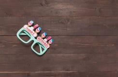 Os vidros de Gree com massagem do feliz aniversario estão no backgr de madeira Imagem de Stock