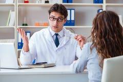 Os vidros de prescrição do ótico do doutor a um paciente imagens de stock