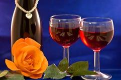 Os vidros de vinho e levantaram-se Fotos de Stock Royalty Free