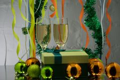Os vidros de vinho, Natal brincam, perto da árvore do ano novo imagens de stock