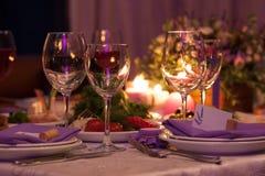 Os vidros de vinho vazios ajustaram-se no restaurante para o casamento Foto de Stock Royalty Free