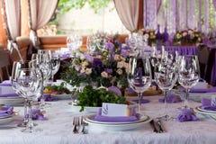Os vidros de vinho vazios ajustaram-se no restaurante para o casamento Imagem de Stock Royalty Free