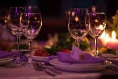 Os vidros de vinho vazios ajustaram-se no restaurante para o casamento Imagens de Stock Royalty Free