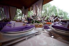 Os vidros de vinho vazios ajustaram-se no restaurante para o casamento Imagem de Stock