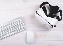 Os vidros de VR aproximam o teclado e o rato foto de stock royalty free
