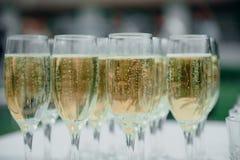 os vidros do champanhe estão na tabela na recepção imagem de stock royalty free