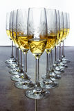 Os vidros do champanhe ou do vinho alinharam no restaurante da barra Foto de Stock