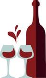 Os vidros do frasco e do clink de vinho com vinho vermelho espirram Fotografia de Stock Royalty Free