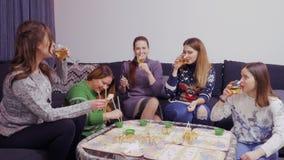 Os vidros dos tim-tim das moças e comemoram algum evento especial em casa filme