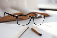 Os vidros em um quadro elegante preto foto de stock