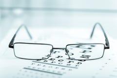 Os vidros modernos pretos claros em um olho observam o teste Imagens de Stock Royalty Free