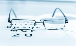 Os vidros modernos pretos claros em um olho observam o teste Imagem de Stock Royalty Free