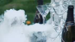 Os vidros para o champanhe são arranjados sob a forma de uma corrediça vídeos de arquivo