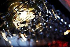 Os vidros para o conhaque sobre uma barra submetem no restaurante fotos de stock