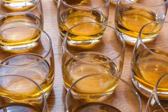 Os vidros são enchidos com o uísque na tabela Imagem de Stock