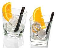 Os vidros vazios de spritz o cocktail do aperol do aperitivo com fatias e os cubos de gelo alaranjados foto de stock