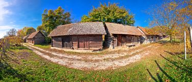 Os vinhedos históricos da rua do vinho e as casas de campo de madeira panorâmicos vie imagens de stock royalty free