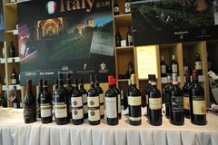 Os vinhos de tipos diferentes arranjaram ordenadamente em feiras de vinho Imagens de Stock