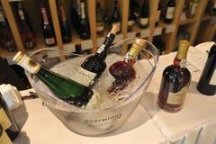 Os vinhos de tipos diferentes arranjaram ordenadamente em feiras de vinho Imagem de Stock Royalty Free