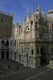 Os visitantes admiram o pátio do palácio do ` s do doge imagem de stock royalty free