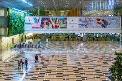 Os visitantes andam em torno da área de Hall Immigration da chegada no ar de Changi fotografia de stock royalty free