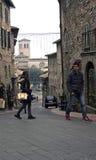 Os visitantes a Assisi andam as ruas íngremes fotos de stock