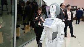 Os visitantes comunicam-se com o robô vídeos de arquivo