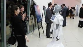 Os visitantes comunicam-se com o robô video estoque