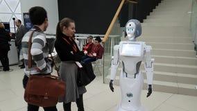 Os visitantes comunicam-se com o robô filme