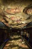 Os visitantes contemplam a caverna da réplica de Altamira em Archeolog nacional imagem de stock