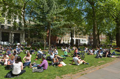 Os visitantes em Soho esquadram no dia ensolarado em Londres Fotos de Stock Royalty Free
