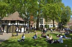 Os visitantes em Soho esquadram no dia ensolarado em Londres Foto de Stock
