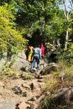 Os visitantes escalam a montanha foto de stock