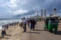 Os visitantes a Galle enfrentam o verde apreciam uma tarde ensolarada ao longo do Oceano Índico em Sri Lanka Foto de Stock