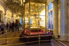 Os visitantes no pavão cronometram o salão no museu de eremitério Imagem de Stock