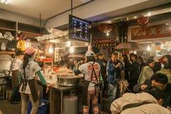 Os visitantes que andam no mercado velho jiufen dentro imagens de stock royalty free