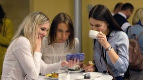 Os visitantes que têm o almoço durante a ruptura da conferência e comunicam-se no salão video estoque