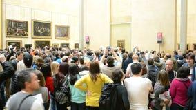 Os visitantes tomam fotos de Mona Lisa (Leonardo DaVinci), o museu do Louvre, filme