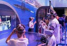 Os visitantes usam ferramentas da modelagem moderna do exército 3D e da realidade virtual no ` da exposição do exército nosso ` d foto de stock royalty free