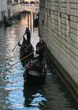 Os visitantes a Veneza, Itália apreciam um passeio da gôndola foto de stock