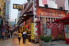 Os visitantes visitam a rua famosa da lembrança em Macau Imagem de Stock