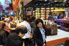 Os visitantes visitam a rua famosa da lembrança em Macau Fotografia de Stock Royalty Free