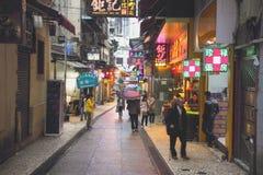 Os visitantes visitam a rua famosa da lembrança em Macau Os turistas chineses são o recurso principal na indústria do turismo de  Foto de Stock Royalty Free