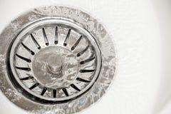 Os volume de água no esmalte do dreno afundam-se fotografia de stock royalty free