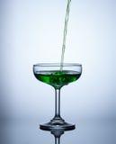Os volume de água verdes no vidro e fazem bolhas Foto de Stock Royalty Free