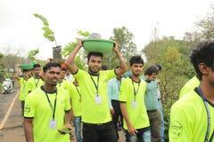 Os voluntários da estudante universitário promovem a plantação da árvore foto de stock