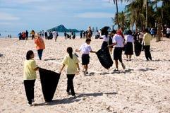 Os voluntários da mente para acompanhar a picareta o lixo Fotos de Stock