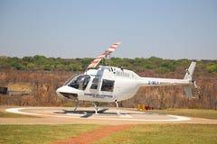 Os voos e os voos charter cênicos de Victoria Falls da mosca do helicóptero de Zambezi Helicóptero Empresa Bell 206 à indústria d imagens de stock