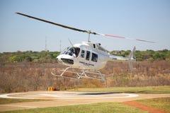 Os voos e os voos charter cênicos de Victoria Falls da mosca do helicóptero de Zambezi Helicóptero Empresa Bell 206 à indústria d foto de stock royalty free